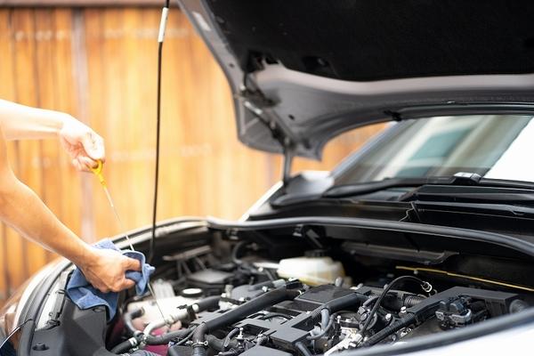 エンジンオイルの交換時期の目安や費用について